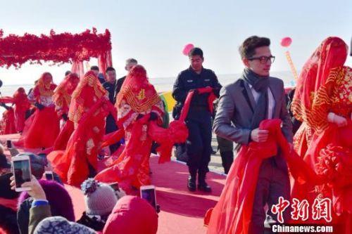 图为首届兴凯湖国际冰上集体婚礼现场